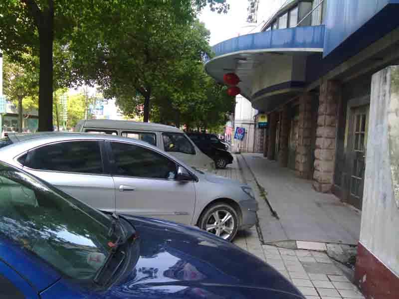 大家从另一个角度看看安庆交通吧 机动车占用人行道篇 高清图片